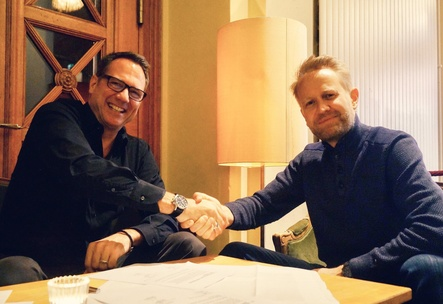 Shake Hands: Andy Renggli (links, General Manager GfK Entertainment Schweiz) mit Lorenz Haas (Geschäftsführer IFPI Schweiz) (Bild: Black Rabbit)