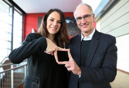 Sie versinnbildlichen, wie das von Volker Heim von daHeimDesign gestaltete Logo aussieht: Ramona Madlener und Christof Feneberg von der bigBox Allgäu (Bild: bigBox Allgäu)