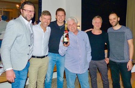 """Siegerehrung: das Gewinnerteam des """"IMUC-Usedom-Cup 2017"""" mit (von links) Daniel Mosebach, Wolfgang Weyand, Thorsten Freese, Torsten Mewes und Pino Brönner; Louis Spillman (Mitte) hielt die launige Laudatio (Bild: MusikWoche)"""