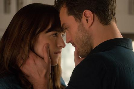 """Sowohl nach der DVD als auch nach der Blu-ray zu """"Fifty Shades of Grey - Gefährliche Liebe"""" herrscht bei Amazon aktuell große Nachfrage (Bild: Universal)"""