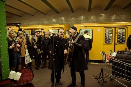Spielten Songs aus dem neuen U2-Album: Bono und The Edge an der Haltestelle Deutsche Oper (Bild: Philipp Gladsome)