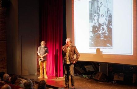 Sprachen über das Leben von Woody Guthrie: Michael Kleff (Projektkoordination, links) und Detlef Hoegen (CEO Bear Family) (Bild: Thomas Neumann)