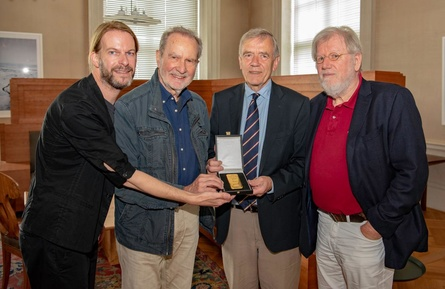 Thorsten Schaumann, Edgar Reitz, Georg Freiherr von Waldenfels und Bernhard Sinkel (v.l.n.r.) stellen den neuen Goldpreis vor (Bild: Hofer Filmtage/Benjamin Klob)