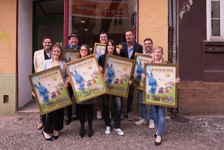 """Über die """"Kikanichen""""-Awards freuten sich in Berlin (von links): Jörg Hackelbörger (Senior Product Manager Universal Music Family Entertainment), Maximiliane Häcke (Stimme Kikaninchen), Udo Schöbel (Autor und Produzent der """"Kikanichen""""-Musik), Antje Stahn (Kika Marketing & Kommunikation), Christian Bahrmann, Katrin Lahr ( """"Kikanichen""""-Grafikerin), Andreas Maaß (General Manager Universal Music Family Entertainment), Matthias Franzmann (Redaktionsleiter Vorschule Kika) und Annette Friess (ZDF Enterprises) (Bild: Universal Music)"""