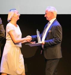 Uli Putz nimmt den Bernd Burgemeister Preis aus den Händen von VFF-Geschäftsführer Johannes Kreile entgegen (Bild: Filmfest München)