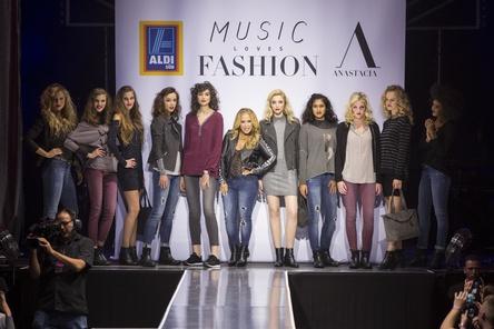Umringt von zehn Models auf der Bühne des Kölner E-Werks: US-Sängerin Anastacia bei der Präsentation ihrer Aldi-Kollektion ... (Bild: Aldi Süd)