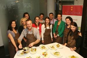 Umsorgten die Pressevertreterinnen: Franca Barthel (Pressepromoterin Koch Universal, fünfter von rechts) und The Italian Tenors Evans Tonon (vierter von links) sowie Sabino Gaita und Mirko Provini (sechster und achter von links) (Bild: Frank Waberseck)