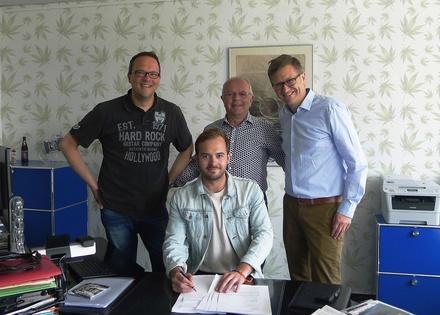 Unterzeichneten den Vertrag in Berlin (hinten, von links): Marcus Bünte (Promotionleitung/A&R Wintrup), Walter Holzbaur (Geschäftsführer Wintrup) und Rechtsanwalt Asterix Westphal sowie (vorn) Christian Kregl (Spliff Publishing/Machin Records/Management Bilderbuch) (Bild: Wintrup)