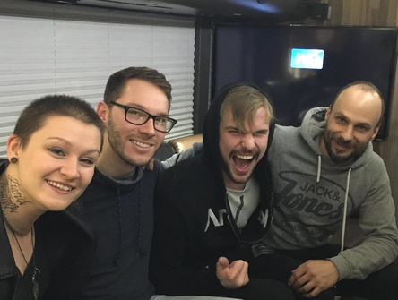 Unterzeichneten den Vertrag in der M�nchner Tonhalle (von links): Medina Rekic (White Miles), Manuel Sch�nfeld (Produktmanager/A&R, Long Branch Records), Hansj�rg Loferer (White Miles) und Manager Stefan Penz (Govinda Artist Services) (Bild: Long Branch Records)
