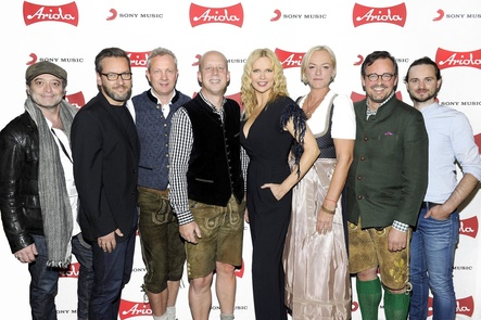 Vereint im Umfeld von Silbereisens Oktoberfest-Show (von links): Mark Popp (Produzent Construction Film), Arndt Sedler (Director Marketing Sony Music AOR), Andre Mühlhausen (Senior Vice President Commercial Division GSA Sony Music), Manfred Rolef (Vice President AOR Label Group GSA Sony Music), Linda Lehmann alias Veronica Ferres, Ute Fünfkirchler (Vice President Domestic GSA Sony Music), Philipp von Esebeck (CFO & SVP Business Strategy GSA Sony Music) und Michael Waltner (Product Manager AOR Labelgroup Sony Music) (Bild: Sony Music)