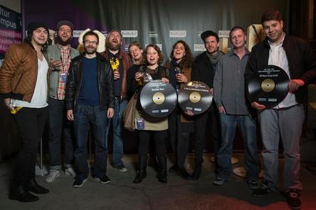 Vergibt auch 2016 Fördergelder für Schweizer Musikunternehmen: Jurypräsident und Festivalleiter Philipp Schnyder (dritter von links) hier mit den Gewinnern von 2015 (Bild: Alessandrao Della Bella)