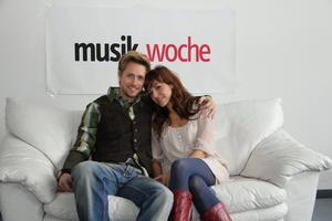 Verk�ndeten auf der MusikWoche-Couch, dass ihr Deb�talbum im M�rz 2012 bei Ariola erscheint: Die Musical-Darsteller Lukas Perman und Marjan Shaki (Bild: MusikWoche)
