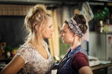 """Veronica Ferres (li.) und Magdalena Boczarska in """"Unter deutschen Betten"""" (Bild: Twentieth Century Fox / Hagen Keller)"""