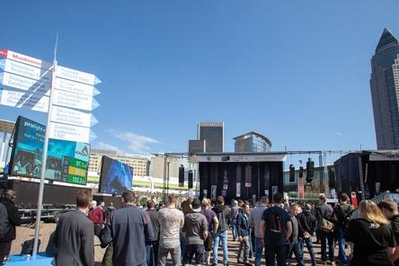 Versammelten sich bei blauem Himmel auf dem Messegelände: Besucher der Musikmesse Frankfurt (Bild: Jochen Günther)