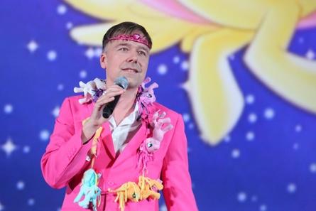 """Voller modischer Einsatz für """"My Little Pony"""": Magnus Vortmeyer bei der Tobis-Präsentation (Bild: Dirk Dobiey)"""