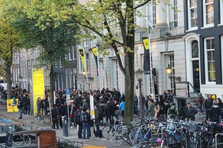 Vor dem Felix Meritis an der Kaizersgracht war es bereits am Mittwoch voll wie eh und je: Fachbesucher beim 21. Amsterdam Dance Event (Bild: MusikWoche)
