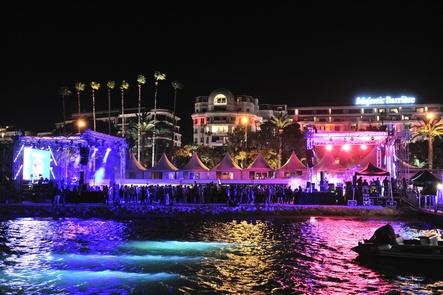 Wächst 2018 um ein neues Areal für Firmenpräsenzen: die große Bühne am Strand (Bild: Midem)