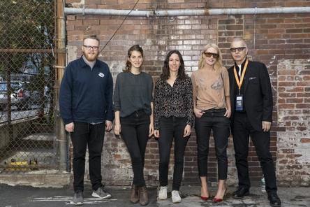 Wählen den Anchor-Preisträger 2017 aus (von links): die Jurymitglieder Huw Stevens (BBC Radio 1), Valeska Steiner und Sonja Glass (beide Boy), Emily Haines (Metric) und Tony Visconti (Bild: Caroline Dorn)