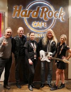 Warben für Rock Meets Classic 2018: Markus Müller (m2 medienconsulting, links), Michael Sadler (Saga, 2. von links), Matt Sinner (Rock Meets Classic, 2. von rechts) und zwei Repräsentanten des Hard Rock Cafe (Bild: m2 medienconsulting)