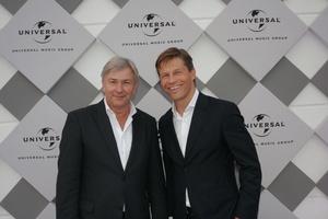 """Will die GEMA """"in ihre Schranken"""" weisen: Klaus Wowereit, hier mit Universal-Boss Frank Briegmann (Bild: Universal Music)"""