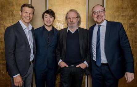 Willkommen in Berlin: President & CEO Frank Briegmann (links) und Clemens Trautmann (President Deutsche Grammophon, rechts) mit den Künstlern Lang Lang und Benny Andersson (Bild: Stefan Höderath)