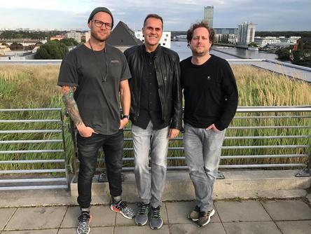 Wollen ihre Kräfte bündeln (von links): Tino Kunstmann (General Manager Merchstore), Frank Hohenböken (Managing Director Sales Universal Music Deutschland) und Michi Hahn (General Manager Bravado) (Bild: Universal Music)