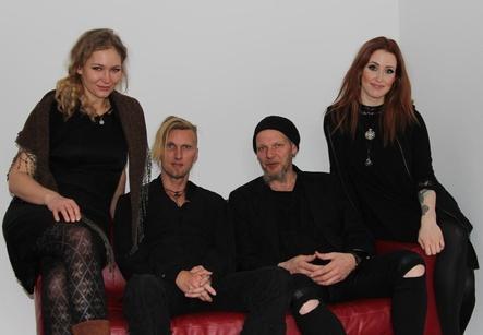 Ziehen auf dem Album »XV - Best Of« eine Zwischenbilanz (von links): Fiona Frewert, Oliver »s.Tyr« Pade, Rüdiger Maul und Laura Fella von Faun (Bild: MusikWoche)