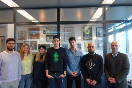 Zwei neue Signings bei Sony/ATV (von links): Aksel Picker (A&R Manager), Karina Poche (Director Business & Legal Affairs), Henrike Blome (Trainee A&R), GReeeN, Max Paproth (Head of A&R GSA & Europe Creative), Adnan Akilli (New Green Order Records) und Patrick Strauch (Managing Director) sowie ... (Bild: Sony/ATV)